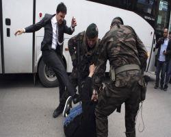 فضيحة في تركيا.. مستشار أردوغان يركل أحد المحتجين