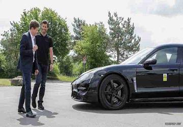 مارك ويبر يقود سيارة بورشه الكهربائية.